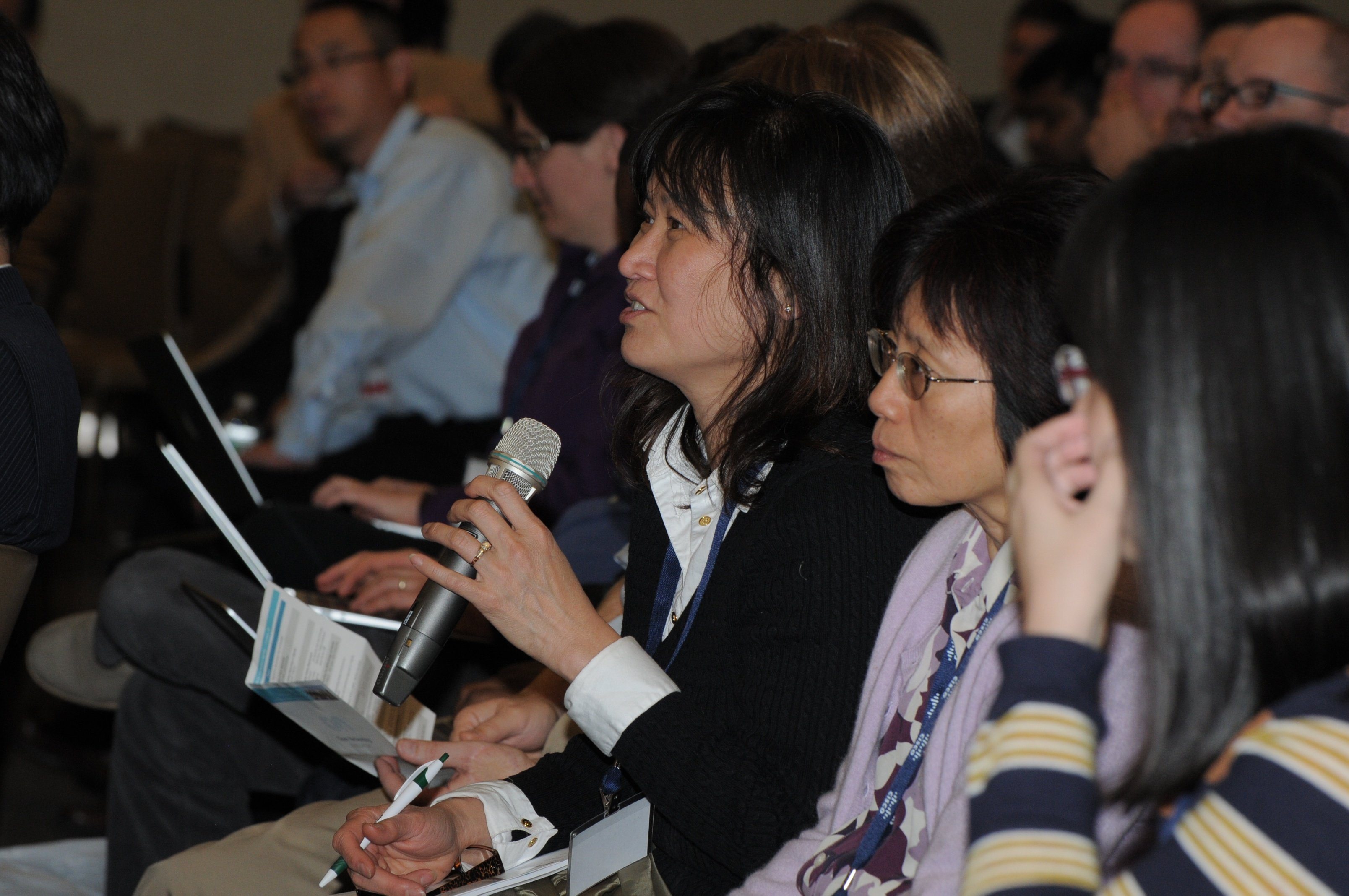 Another audience member gets in on the discussion during the Glue Networks and McAfee luncheon partnership session